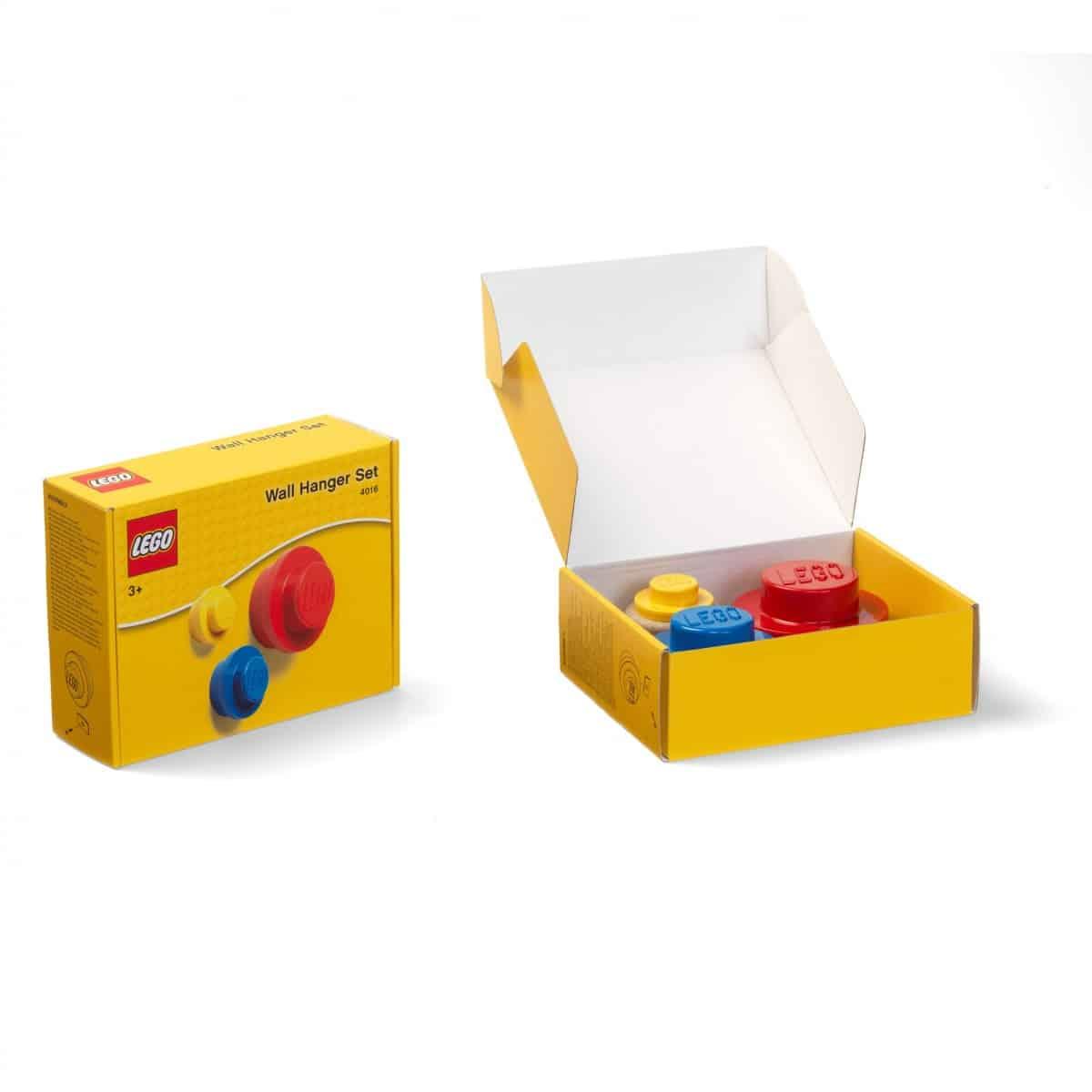 lego 5005906 lot de porte manteaux rouge bleu et jaune scaled